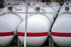 Μεγάλες δεξαμενές πετρελαίου σε εγκαταστάσεις καθαρισμού Στοκ εικόνες με δικαίωμα ελεύθερης χρήσης