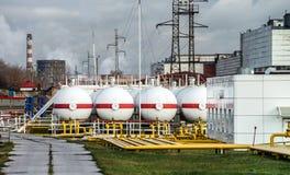 Μεγάλες δεξαμενές πετρελαίου σε εγκαταστάσεις καθαρισμού Στοκ φωτογραφία με δικαίωμα ελεύθερης χρήσης