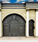 Μεγάλες διακοσμητικές πύλες και πόρτες στοκ εικόνα