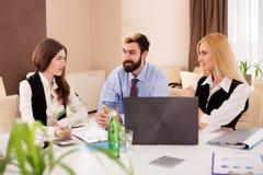 Μεγάλες ιδέες συζήτησης συνεδρίασης του Businessteam Στοκ εικόνα με δικαίωμα ελεύθερης χρήσης