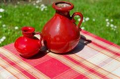 Μεγάλες και μικρές κόκκινες αναδρομικές εκλεκτής ποιότητας κανάτες αργίλου Στοκ Φωτογραφίες