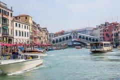 Μεγάλες κανάλι και γέφυρα Rialto στη Βενετία, Ιταλία Στοκ Φωτογραφίες
