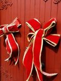 Μεγάλες κόκκινες κορδέλλες Χριστουγέννων Στοκ εικόνες με δικαίωμα ελεύθερης χρήσης