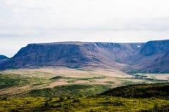 Μεγάλες οροπέδιο και κοιλάδα βουνών κάτω από το νεφελώδη ουρανό Στοκ Εικόνα