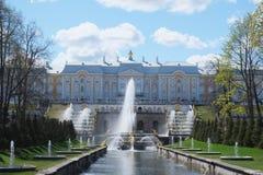 Μεγάλες πηγές καταρρακτών στον κήπο παλατιών Peterhof, ST Petersbur Στοκ Εικόνες