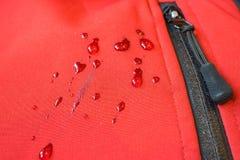 Μεγάλες πτώσεις του νερού στα αδιάβροχα ενδύματα σύνδεσμος τσεπών φερμουάρ Στοκ Εικόνες
