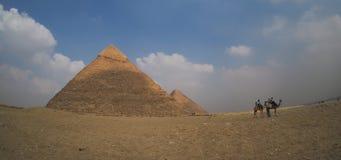 Μεγάλες πυραμίδες Giza στην Αίγυπτο με τις καμήλες, πανοραμική άποψη Στοκ φωτογραφία με δικαίωμα ελεύθερης χρήσης