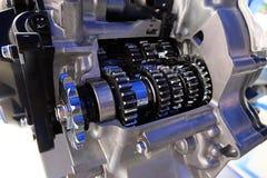 Μεγάλες ρόδες βαραίνω υποβάθρου βιομηχανίας στη μηχανή γίνοντας στην τεχνική, μπλε που τονίζεται Στοκ Φωτογραφίες