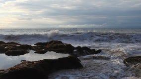 Μεγάλες ωκεάνιες συντριβές κυμάτων κάτω σε μια πέτρα φιλμ μικρού μήκους