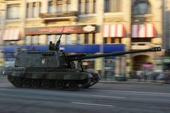 Μεγάλης ακτίνας δεξαμενή πυροβολικού κατά τη διάρκεια της πολεμικής παρέλασης Στοκ Φωτογραφίες