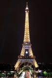 Μεγάλη άποψη νύχτας πύργων του Άιφελ στο Παρίσι Γαλλία Στοκ φωτογραφία με δικαίωμα ελεύθερης χρήσης