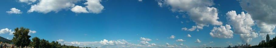 Μεγάλη άποψη πανοράματος του ουρανού με τα σύννεφα και τα δέντρα Στοκ φωτογραφία με δικαίωμα ελεύθερης χρήσης