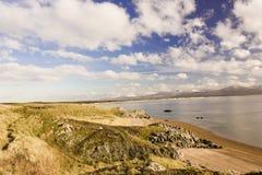 Μεγάλη άποψη προς ανατολάς από το νησί Llanddwyn πέρα από τον κόλπο Llanddwyn προς τη σειρά βουνών Snowdonia, νησί Anglesey, Ουαλ Στοκ φωτογραφία με δικαίωμα ελεύθερης χρήσης