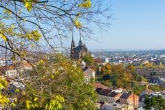 Μεγάλη άποψη σχετικά με τα τσεχικά κτήρια στο Μπρνο με το όμορφο ορόσημο του καθεδρικού ναού Αγίου Peter και του Paul Στοκ Εικόνες