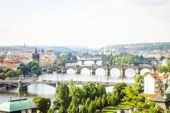 Μεγάλη άποψη σχετικά με τις γέφυρες στην Πράγα που βρίσκεται στον ποταμό Vltava Στοκ Φωτογραφία