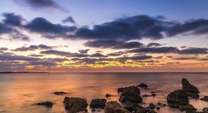 Μεγάλη άποψη των νεφελωδών ουρανών και της θάλασσας βραδιού στοκ εικόνες