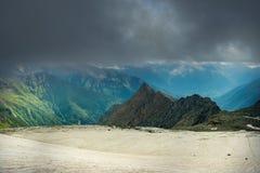 Μεγάλη άποψη των πράσινων λόφων που καίγονται από το φως του ήλιου Θέση FA στοκ εικόνες