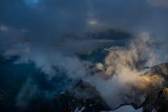 Μεγάλη άποψη των πράσινων λόφων που καίγονται από το φως του ήλιου Θέση FA Στοκ φωτογραφία με δικαίωμα ελεύθερης χρήσης