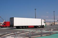Μεγάλη άσπρη επιτάχυνση φορτηγών από το πορθμείο Στοκ Εικόνες