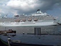 Μεγάλη άσπρη κρουαζιέρα στη θάλασσα Στοκ Εικόνες