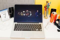 Μεγάλη έκταση επίδειξης ιστοχώρου υπολογιστών της Apple του ρολογιού μήλων, Στοκ φωτογραφίες με δικαίωμα ελεύθερης χρήσης