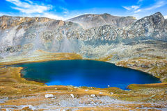 Μεγάλη λίμνη στα βουνά Στοκ Φωτογραφίες