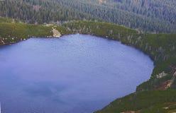 Μεγάλη λίμνη στα γιγαντιαία βουνά Στοκ εικόνα με δικαίωμα ελεύθερης χρήσης