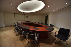 Μεγάλη αίθουσα συνεδριάσεων των διασκέψεων στρογγυλής τραπέζης Στοκ φωτογραφία με δικαίωμα ελεύθερης χρήσης