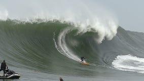 Μεγάλη αλεπού Surfer Tyler κυμάτων που κάνει σερφ τους Mavericks Καλιφόρνια απόθεμα βίντεο