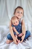 Μεγάλη αδελφή με το νεογέννητο αδελφό της Στοκ Φωτογραφία