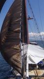 Μεγάλη βάρκα πανιών από το μέτωπο Στοκ φωτογραφία με δικαίωμα ελεύθερης χρήσης