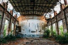 Μεγάλη εγκαταλειμμένη αποθήκη εμπορευμάτων στο εργοστάσιο Efremov, σπασμένοι τουβλότοιχοι Στοκ φωτογραφία με δικαίωμα ελεύθερης χρήσης