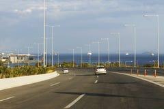 Μεγάλη εθνική οδός κοντά στη θάλασσα στην Ελλάδα Στοκ Εικόνες