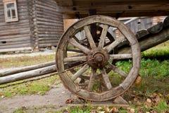 Μεγάλη εκλεκτής ποιότητας αγροτική ξύλινη ρόδα βαγονιών εμπορευμάτων Στοκ Εικόνες