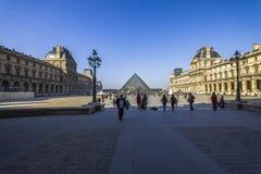 Μεγάλη θέση με το κτήριο ανοιγμάτων εξαερισμού και την πυραμίδα, Παρίσι Στοκ Εικόνες