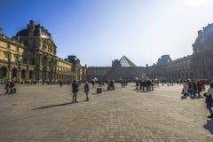 Μεγάλη θέση με το κτήριο ανοιγμάτων εξαερισμού και την πυραμίδα, Παρίσι Στοκ Φωτογραφία