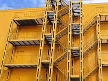 Μεγάλη κίτρινη σκάλα πυρκαγιάς στοκ φωτογραφία