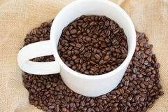 Μεγάλη κούπα με τα φασόλια καφέ Στοκ Φωτογραφία