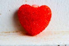 Μεγάλη κόκκινη πλαισιωμένη καρδιά σε ένα άσπρο υπόβαθρο δώστε Στοκ Εικόνες