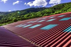 Μεγάλη κόκκινη στέγη πέρα από το σπίτι αγελάδων Στοκ φωτογραφία με δικαίωμα ελεύθερης χρήσης