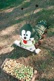 Μεγάλη μαλακή κάμπια παιχνιδιών στη χλόη, στοκ φωτογραφία