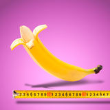 Μεγάλη μπανάνα και μέτρηση της ταινίας Στοκ εικόνα με δικαίωμα ελεύθερης χρήσης