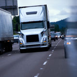 Μεγάλη μπροστινή άποψη τεράτων φορτηγών εγκαταστάσεων γεώτρησης σύγχρονη ημι σχετικά με να εξισώσει το multy λι Στοκ φωτογραφίες με δικαίωμα ελεύθερης χρήσης