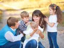 Μεγάλη οικογένεια που έχει τη διασκέδαση από κοινού Στοκ εικόνες με δικαίωμα ελεύθερης χρήσης