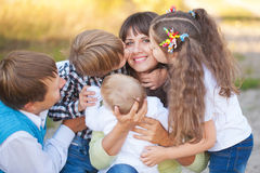 Μεγάλη οικογένεια που αγκαλιάζει και που έχει τη διασκέδαση Στοκ φωτογραφία με δικαίωμα ελεύθερης χρήσης