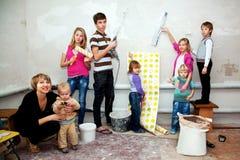 Μεγάλη οικογένεια που κάνει τις επισκευές στο νέο σπίτι τους. Στοκ Φωτογραφία