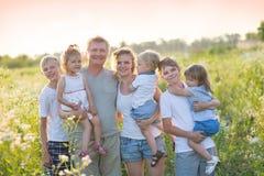 Μεγάλη οικογένεια σε έναν περίπατο στοκ εικόνες