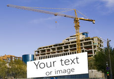 Μεγάλη οικοδόμηση γερανών και κτηρίου Στοκ φωτογραφία με δικαίωμα ελεύθερης χρήσης