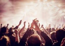 Μεγάλη ομάδα ανθρώπων που απολαμβάνει τη συναυλία στοκ εικόνα
