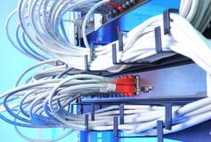 Μεγάλη ομάδα Διαδικτύου που τηλεγραφεί στο κέντρο δεδομένων στοκ φωτογραφία με δικαίωμα ελεύθερης χρήσης